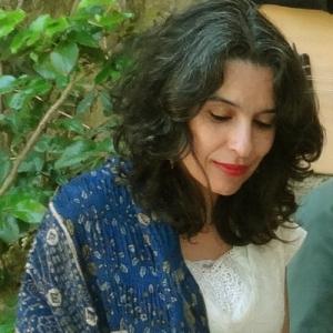 Lamia Bedioui. Η φωνή σε ολες τις εκφράσεις της: τραγούδι, αφήγηση, αυτοσχεδιασμός... Παιδάκι ακόμα, στη Τυνησία, ξεκίνησε να τραγουδάει στα διάφορα σημεία του σπιτιού και ν' ανακαλύπτει πώς ηχεί η φωνή αλλάζοντας χώρο... Θυμάται τη γιαγιά της, πώς κάθε φορά που άνοιγε την πόρτα, την δεχόταν με τραγούδι, αλαλαγμούς (Ζαγαρίντ) και ιστορίες - η μαγεία της στιγμής εκείνης.! Έτσι ξεκίνησε το όνειρο και ακουλούθησε το ταξίδι... που συνεχίζεται ακόμα.